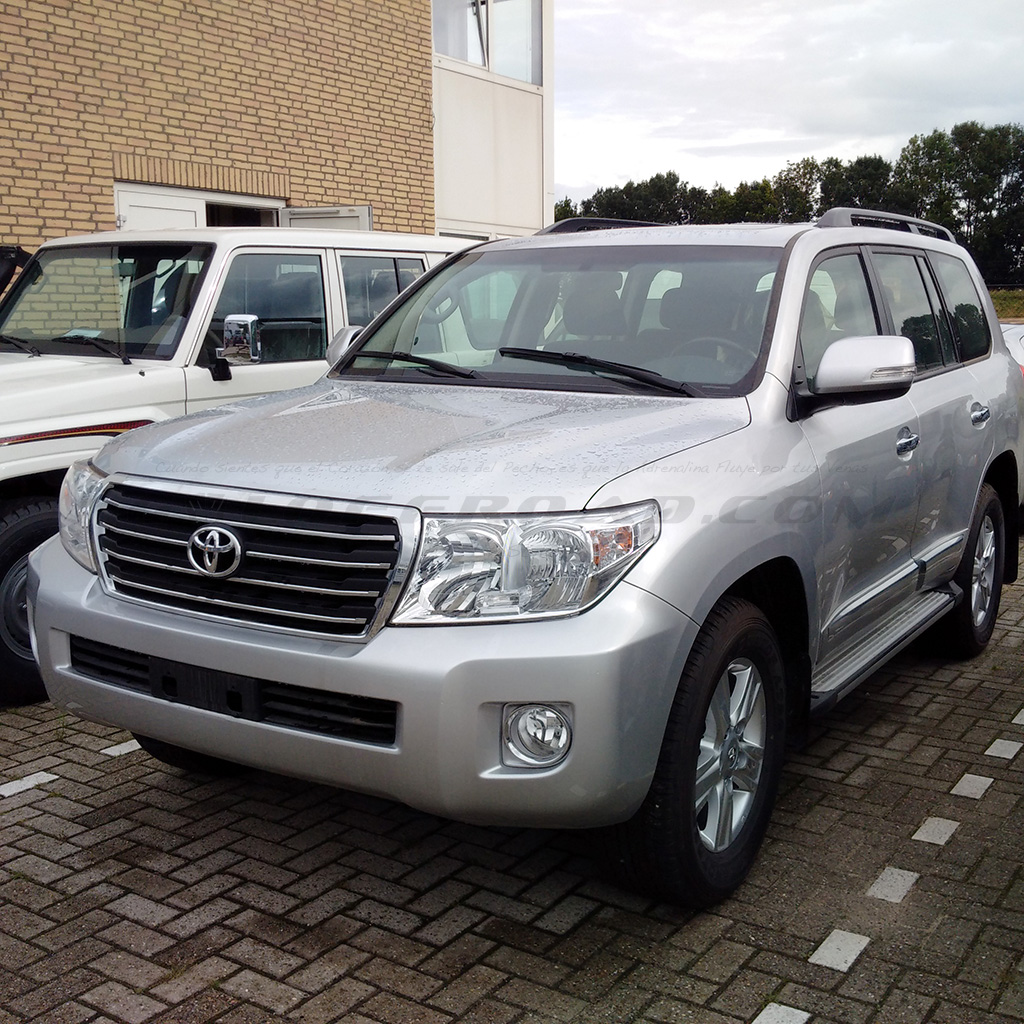 Frontal Toyota LandCruiser 200 GX